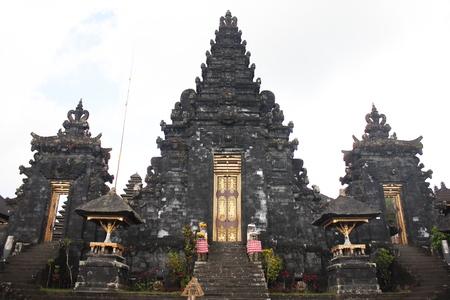 pilgrim costume: BALI – OCTOBER 17: Unidentified tourists visiting Besakih temple in October 17, 2012 in Bali, Indonesia.