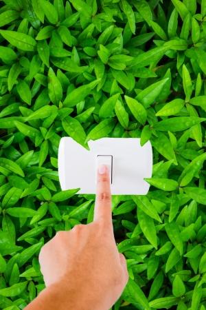 uaktywnić: palec wskazujący na przełączniku z liści tle - zapisz koncepcję energetyczną Zdjęcie Seryjne