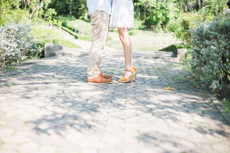 fashionable couple: la pareja de moda de pie en un parque, de estilo vintage Foto de archivo