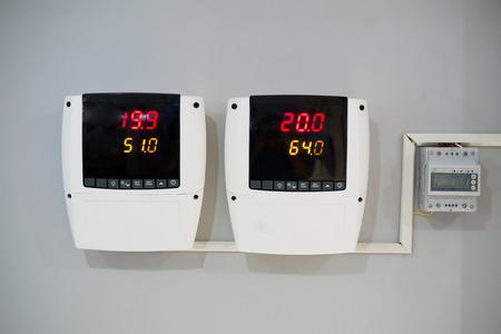 Digital-Thermometer und Feuchtigkeit Meter auf Wand mit Klimaanlage