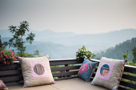 buiten woonkamer met kussens - berg en bos achtergrond Stockfoto