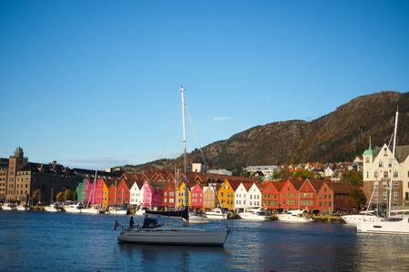 Bryggen, 오래 된 부두 및 베 르 겐, 노르웨이의 랜드 마크 화창한 날 - 인기있는 관광 atrraction에서