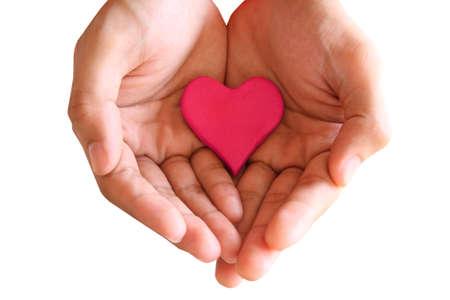 cuore nel le mani: Tenere cuore rosso isolato Archivio Fotografico