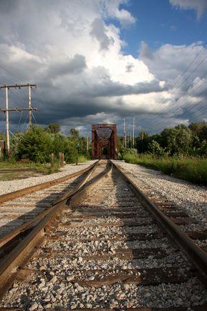 Schienen führen Sie in das Bild auf einer alten Eisenbahnbrücke aus Stahl Standard-Bild - 5405841