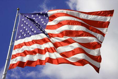 Amerikaanse vlag waait in de wind op de 4e juli met heldere blauwe hemel in de achtergrond
