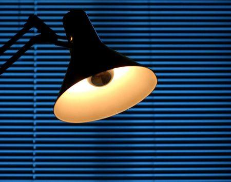 verdunkeln: Drafting Lampe vor einem venezianischen blind  Lizenzfreie Bilder