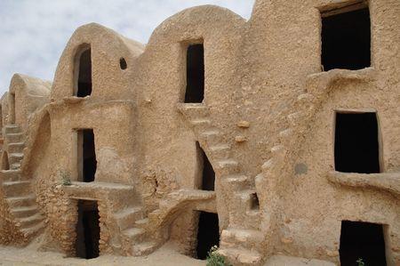 ufortyfikować: W tych ksour, co pół nomadic rodzin przechowywane tylkó gdy wyszedł na ich wanderings, każdy posiada własną ghorfa (store-room). W ksours zostały opisane w kilku Star Wars movies.