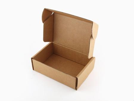 Bruin papier doos op witte geïsoleerde achtergrond