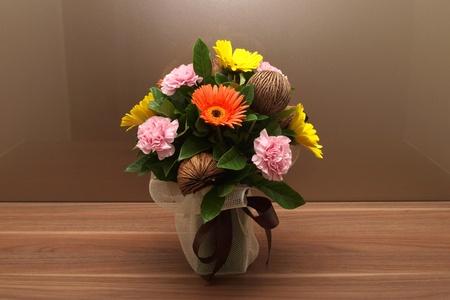 Bloemen in vaas aan de tafel
