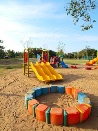 Kleurrijke speeltuin in een stadspark.