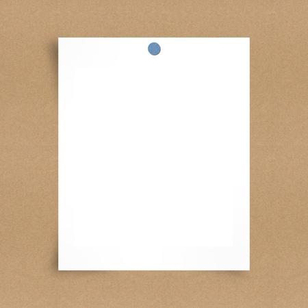 tack board: Nota de papel en blanco sobre fondo tablero