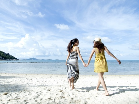 vrouw gelukkig samen op zand strand met blauwe hemel achtergrond