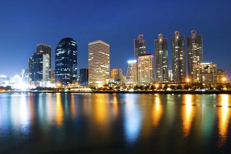 angkok stad het centrum van 's nachts met reflectie op de skyline van Bangkok, Thailand