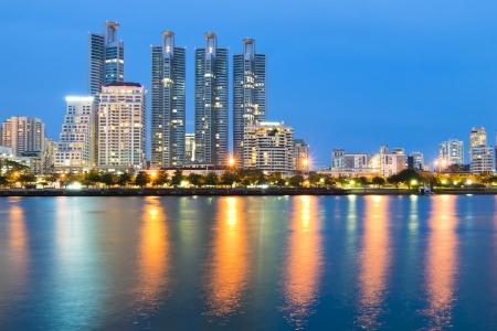 Bangkok stad het centrum van 's nachts met reflectie op de skyline van Bangkok, Thailand