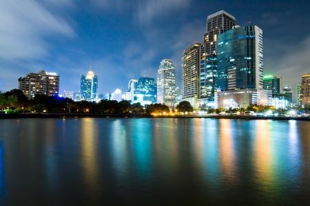 Bangkok Stad Stadscentrum op nacht met reflectie op de skyline van Bangkok, Thailand Stockfoto