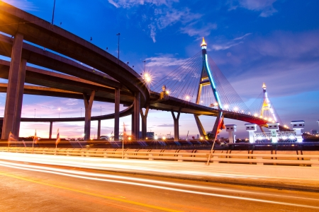 Bhumibol Bridge, de industriële Ring Road Bridge in Bangkok Lange Blootstelling 's nachts het openbaar vervoer brug geen merkrechten