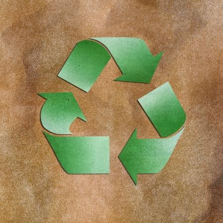 Grunge papier textuur groene recycle teken op bruine achtergrond