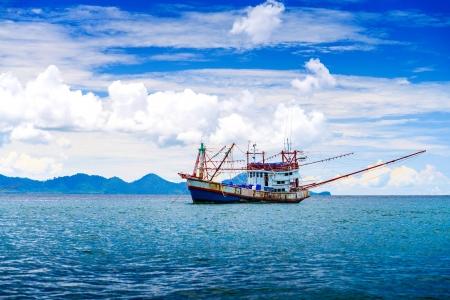 Pesca della nave nel mare delle Andamane Tailandia