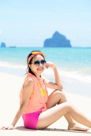 Een portret van mooie Aziatische vrouw op het strand