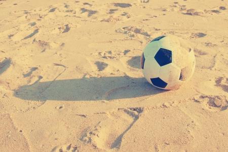 Vintage Voetbal bal op zand Stockfoto
