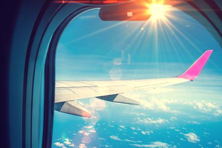 La imagen del ala del avión es un destello de lente ligero. Foto de archivo