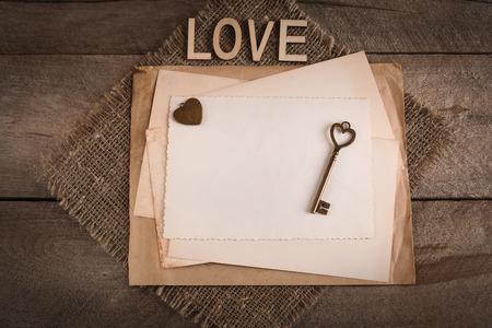 キーと愛する人のための心にきれいなレトロな紙切れ