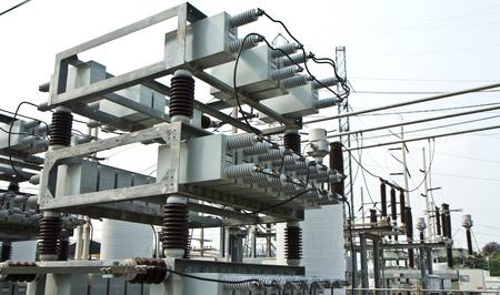 torres de alta tension: banco de capacitores en la subestación de alta tensión Foto de archivo