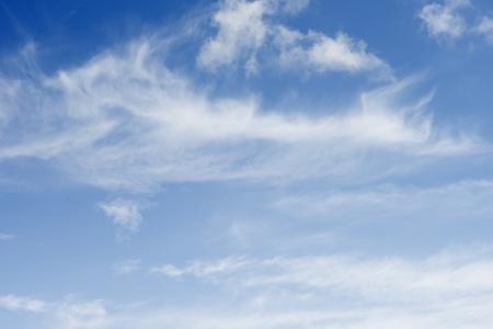 cielo despejado: Cielo en un día soleado con nubes blancas flotando en el aire en el día para relajarse