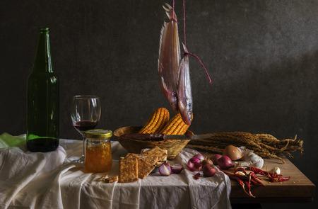 pan y vino: Fotografía de Naturaleza muerta con el cocinero, pescado, maíz, mazorca, el vino tinto de mesa de madera y pan