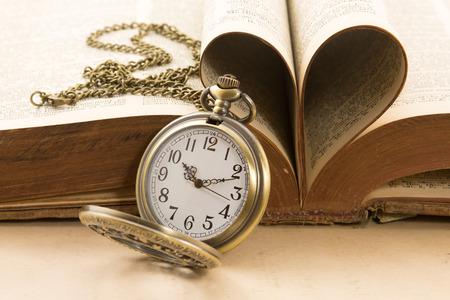 ビンテージ アンティーク懐中時計と本のページの中心 写真素材