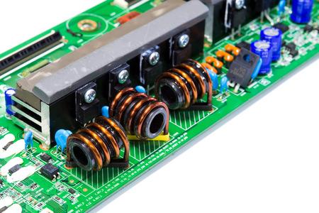 magnetismo: Integrated Circuit, induttore nucleo di ferrite in circuito elettronico isolato su bianco