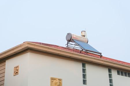 屋根の上の水ヒーターはエネルギーを節約します。