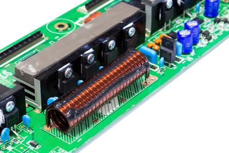 magnetismo: Circuito Integrado, con núcleo de aire inductor en placa de circuito electrónico aislado en blanco Foto de archivo