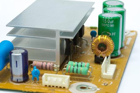 magnetismo: Circuito Integrado, inductor de núcleo de ferrita en placa de circuito electrónico aislado en blanco