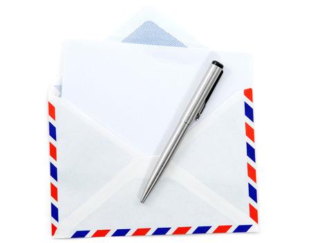 carta e penna: Nuova busta di posta aerea e carta, penna su sfondo bianco