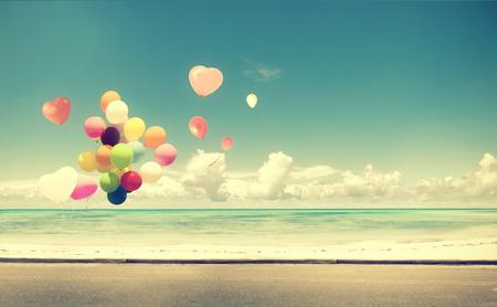 luna de miel: Globo del corazón de la vendimia en la playa azul cielo concepto de amor en la luna de miel del verano y de la boda