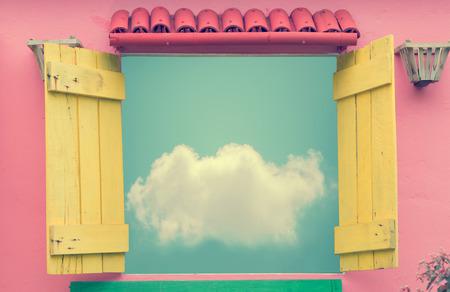 cielos abiertos: Ventana abierta en d�a de verano con nubes en el cielo azul (imagen a color entonado de la vendimia) Foto de archivo