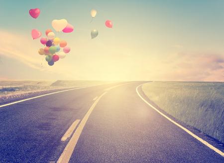 globo: de la vendimia con el globo del coraz�n en la playa azul cielo concepto de amor en el verano y la boda Foto de archivo