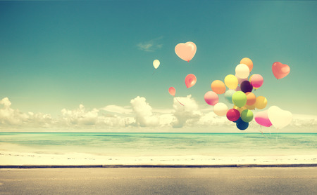 Vintage met hart ballon op het strand blauwe hemel concept van de liefde in de zomer en de bruiloft huwelijksreis Stockfoto