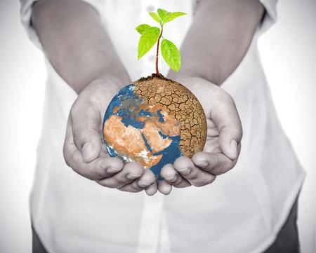 """지구 온난화에 심기 나무 심기를 들고 여자 손, 지구의 개념을 저장, """"NASA에 의해 제공된이 이미지의 요소"""" 스톡 콘텐츠"""