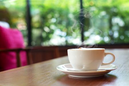 카페에서 테이블에 커피 한잔, 아침 빛