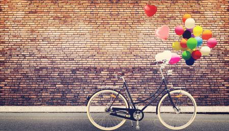 Carte vintage de vélo avec le ballon de coeur sur la route concept de ville urbaine de l'amour dans lune de miel d'été et mariage Banque d'images - 33745199