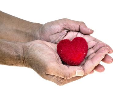 manos sucias: Aislar de coraz�n rojo en las manos sucias del viejo hombre, el amor y el concepto de san valent�n