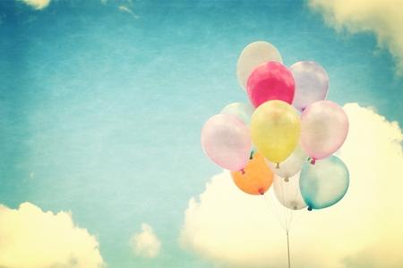 vintage: 復古心臟的氣球五顏六色的愛藍天的概念在夏季和情人節,新婚蜜月