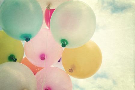 globos de cumpleaños: Globo del corazón de la vendimia con el colorido en el cielo azul concepto de amor en el verano y el día de san valentín, luna de miel de la boda