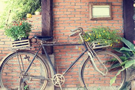 bicicleta retro: Bicicleta vieja y flores, vintage y el estilo retro
