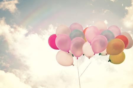 Globo del corazón de la vendimia con el colorido en el cielo azul concepto de amor en el verano y el día de san valentín, luna de miel de la boda Foto de archivo - 36355609