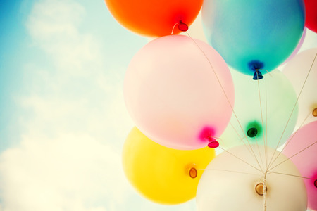 여름과 발렌타인 데이, 결혼식 신혼 여행에서 사랑의 푸른 하늘 개념에 화려한 빈티지 하트 풍선