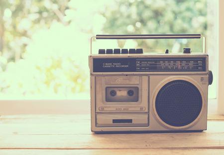 vintage radio sur la table la nature de fond