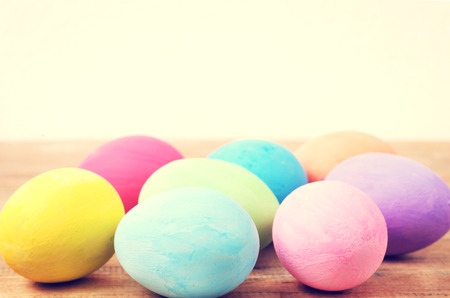 colores pasteles: Coloridos huevos de Pascua de la vendimia en la mesa de madera de fondo Foto de archivo